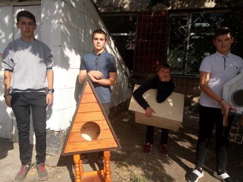 Смілянські учні змайстрували будиночки для безпритульних тварин