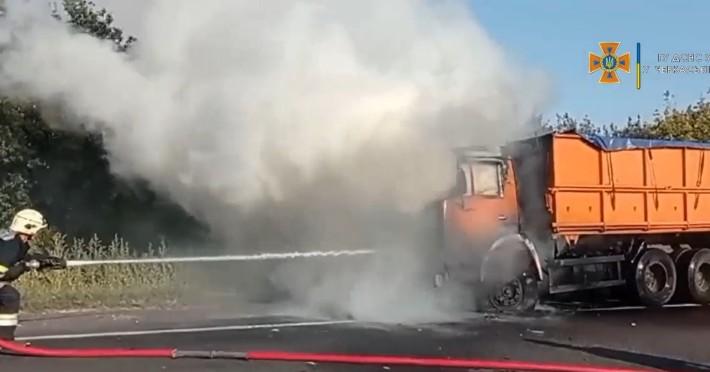 На Черкащині під час руху загорівся КамАЗ (ВІДЕО)